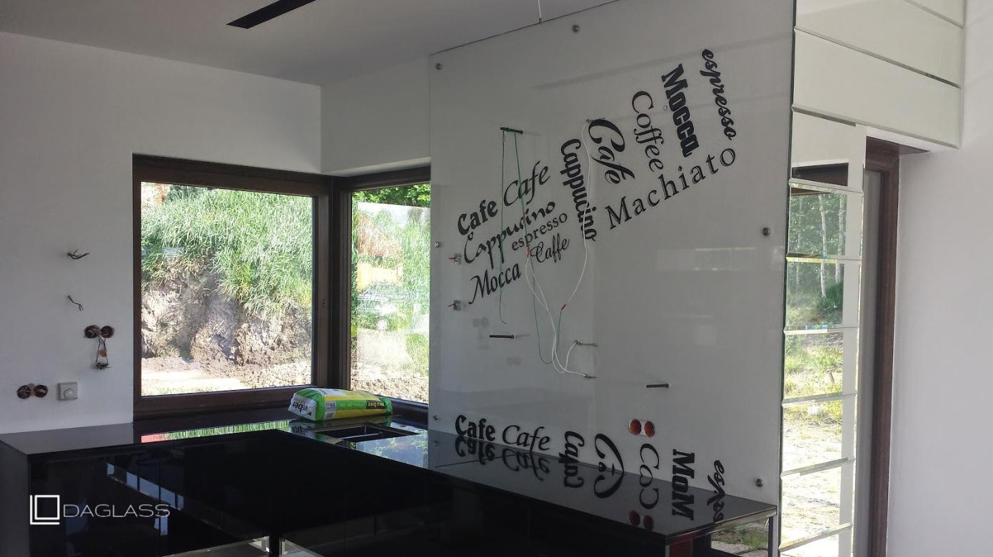 Grafika szklana na ścianie w postaci tekstu