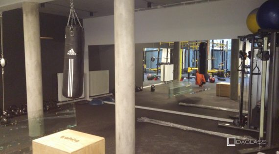 Duże lustra na ścianie w siłowni
